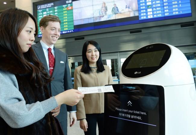 LG전자 관계자가 인천국제공항 지능형 로봇 서비스를 선보이고 있다. [제공=LG CNS]