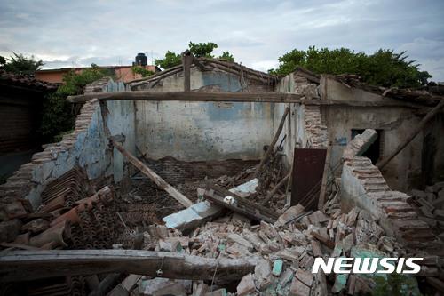 【멕시코시티 = AP/뉴시스】 = 지난 11일 규모 8.1의 강력한 지진으로 파괴된 멕시코 후치탄 시내의 주택.  멕시코 해안에 열대성 폭풍우 맥스가 형성되어 육지를 향하고 있어 이 지역을 포함한 지진피해 지역 일대에 다시 피해가 우려되고 있다.