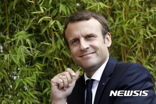 【파리=AP/뉴시스】에마뉘엘 마크롱 프랑스 대통령이 31일(현지시간) 파리 엘리제궁에서 사진을 촬영하고 있다. 2017.8.31.