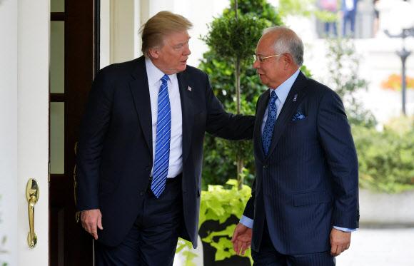 """도널드 트럼프(왼쪽) 미국 대통령이 12일(현지시간) 미 워싱턴DC 백악관에서 나집 라작 말레이시아 총리를 반갑게 맞이하고 있다. 트럼프 대통령은 이날 나집 총리와의 회동 후 유엔 안전보장이사회의 대북 제재 결의안에 대해 """"이것은 아주 작은 걸음에 불과하다""""면서 """"궁극적으로 일어나야 할 일에 비하면 아무것도 아니다""""라고 말했다.워싱턴 AFP 연합뉴스"""