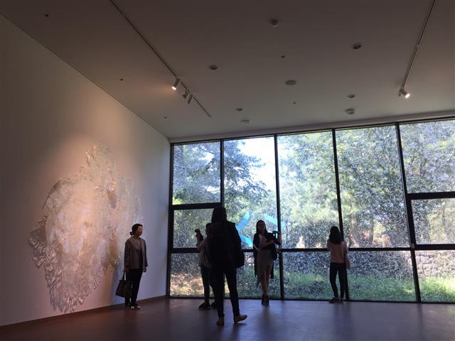 제주현대미술관에 설치된 김유선 작가의 작품은 제주의 정체성에 대해 묻는다.