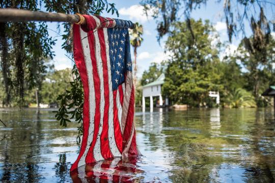허리케인 '어마'에 직격탄을 맞은 미국 플로리다주의 미들버그시를 홍수가 집어 삼킨 모습. /미들버그=AFP연합뉴스