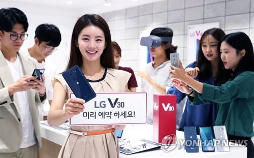 (서울=연합뉴스) LG전자가 오는 14일부터 20일까지 일주일간 'LG V30' 예약 판매를 실시한다고 13일 전했다.       LG전자는 출시일인 오는 21일부터 26일까지 'LG V30'를 개통한 예약 구매 고객 전원에게 가상세계를 실감나게 체험할 수 있는 구글의 최신 VR 헤드셋을 1천 원에 제공한다. 예약 구매는 이동통신 3사 홈페이지와 가까운 대리점에서 신청할 수 있다. 2017.9.13 [LG전자 제공=연합뉴스]       photo@yna.co.kr