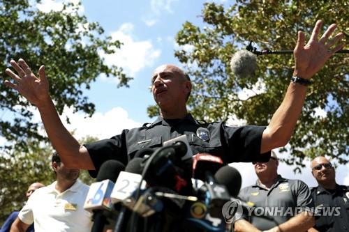 톰 산체스 할리우드 경찰청장이 사고가 난 양로원 밖에서 기자회견을 하고 있다. [AP=연합뉴스]