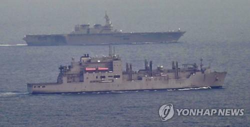 (도쿄 교도=연합뉴스) 미국 해군의 보급함 보호 임무를 부여받은 일본의 항공모함급 대형 호위함 이즈모가 1일 오후 지바(千葉) 현 보소(房總)반도 인근 해상에서 해당 보급함(사진 앞쪽)과 합류했다. 이즈모는 안보법에 따라 처음으로 미국 함정 보호 임무를 개시했다. 2017.5.1