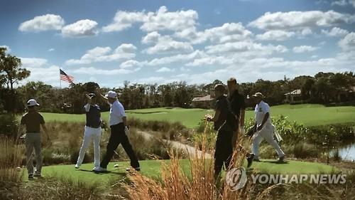 (도쿄=연합뉴스) 최이락 특파원 = 미국을 방문 중인 아베 신조(安倍晋三) 일본 총리(왼쪽에서 두 번째)가 11일(현지시간) 미국 플로리다에서 도널드 트럼프 미국 대통령(왼쪽에서 세 번째)과 골프 라운딩을 즐기고 있다. 사진은 트럼프 대통령이 트위터에 올린 골프 라운딩 장면. 2017.2.12