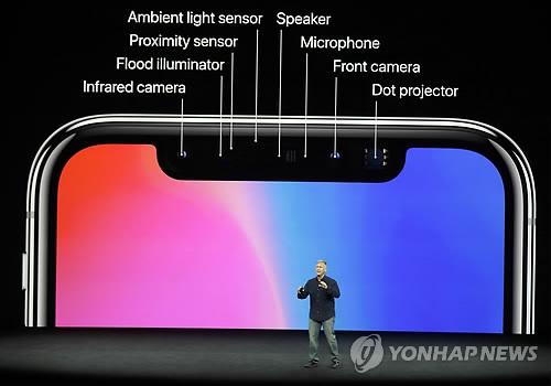 (쿠퍼티노 AP=연합뉴스) 애플의 월드와이드마케팅 수석부사장 필 실러가 12일(현지시간) 미국 캘리포니아주 쿠퍼티노의 애플 신사옥 내 '스티브 잡스 극장'에서 아이폰 10주년 기념 모델인 아이폰X(아이폰 텐)에 대해 설명하고 있다. 이 제품에는 앞선 기종에 사용됐던 지문인식시스템 '터치ID'가 대신 3차원 스캔을 활용한 얼굴인식시스템 '페이스ID'가 들어갔으며 아이폰 시리즈 최초로 액정화면(LCD)이 아닌 유기발광다이오드(OLED) 화면이 탑재됐다. 화면 크기(대각선 기준) 5.8인치인 아이폰X 전면부에는 카메라 외에 도트 프로젝트, 앰비언트 라이트 센서, 프록시미티 센서, 인플레어드 카메라 등이 다닥다닥 붙어 있다.      ymarshal@yna.co.kr