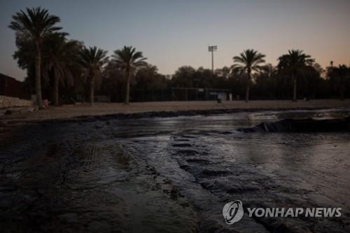 침몰된 유조선에서 흘러나온 기름띠로 오염된 그리스 아테네 인근 해변 [AFP=연합뉴스]
