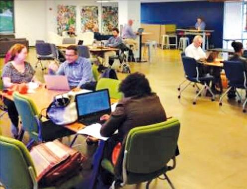 미국 노스캐롤라이나주 리서치트라이앵글파크에 있는 '오픈 이노베이션 센터'에서 학생과 기업인들이 토의하고 있다.
