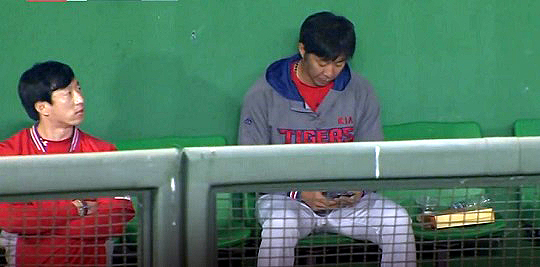 경기 중 불펜에서 스마트폰 삼매경에 빠져 있는 KIA 타이거즈 투수 임창용(사진 오른쪽)