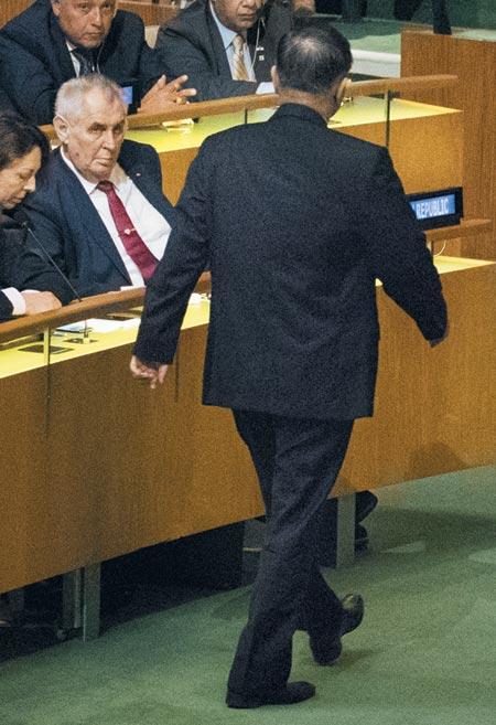 자리 박차고 나가는 北 - 19일(현지 시각) 자성남 유엔 주재 북한 대사가 도널드 트럼프 미국 대통령의 유엔 연설에 앞서 총회장을 떠나고 있다. /AP 연합뉴스