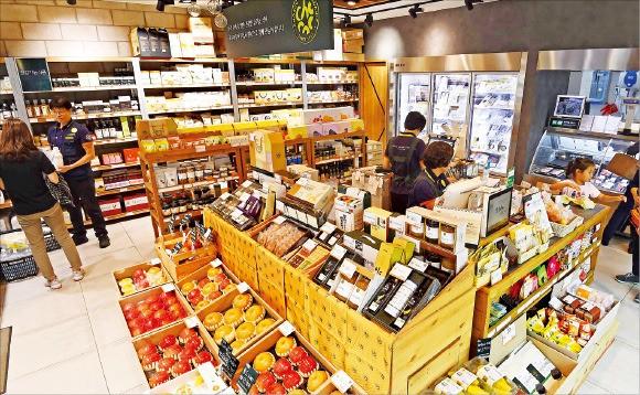 20일 서울 마포구 초록마을 마포점에서 소비자들이 식재료를 사고 있다. 초록마을은 지난해 말 462곳으로 2013년 대비 약 28% 증가했다.  /김범준 bjk07@hankyung.com
