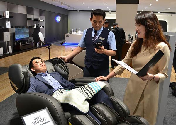 전자랜드는 최근 체험형 매장의 비중을 대폭 늘리고 있다. 전자랜드 매장에서 소비자들이 안마의자를 체험하고 있다. [제공=전자랜드]