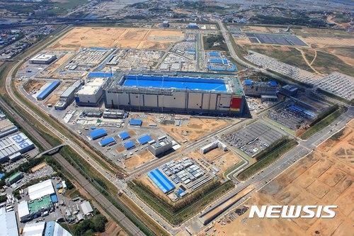 【서울=뉴시스】 삼성전자는 지난 7월 평택 반도체 단지에서 제품 출하식을 갖고 최첨단 3차원 V낸드 양산을 시작했다. (사진=삼성전자 제공) photo@newsis.com