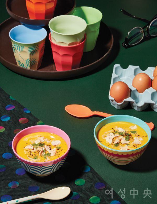 단호박 수프가 담긴 투톤 볼. 각각 2만1000원, 손잡이가 긴 도트 패턴 스푼과 오렌지색 스푼은 각각 6개 세트에 1만6000원, 비트라 트레이에 놓인 팜리브즈 패턴 컵과 컬러 컵은 각각 1만원. 모두 라이스