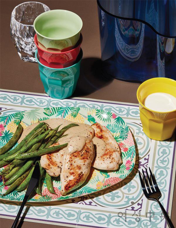 닭가슴살, 그린빈스 구이에 크림소스를 곁들인 요리를 담은 접시는 팜리브즈 시리즈 플레이트 1만8000원, 선명한 색감의 컵은 6개 세트에 3만3000원. 모두 라이스