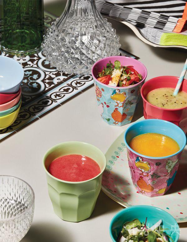 다양한 색과 패턴 닭이 그려진 헨 시리즈 컵은 각각 8000원, 컵을 옮기는 트레이로 사용한 커넥팅 도트 플레이트는 1만8000원, 소스나 견과류를 놓기에 좋은 컬러 소스 볼은 가격 미정. 모두 라이스