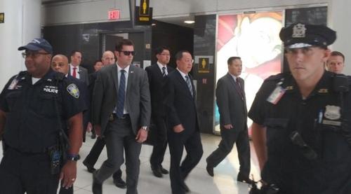 (뉴욕=연합뉴스) 이준서 특파원 = 북한의 리용호 외무상(사진 가운데)이 20일(현지시간) 오후 미국 뉴욕 JFK공항에 들어온 뒤 유엔 주재 북한 대표부 직원의 안내를 받으며 공항을 빠져나가고 있다. 2017.9.21       jun@yna.co.kr