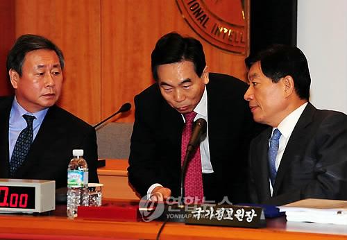 2009년 국정감사 당시 김주성 전 국정원 기획조정실장(가운데)이 원세훈 전 원장(오른쪽)과 상의하는 모습. [연합뉴스 자료사진]