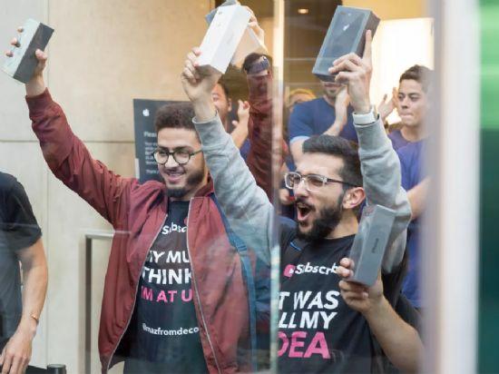 호주에서 아이폰 첫 구매자인 메이전 코로우치(오른쪽)가 제품을 받아든 뒤 환호하고 있다. (사진=씨넷)