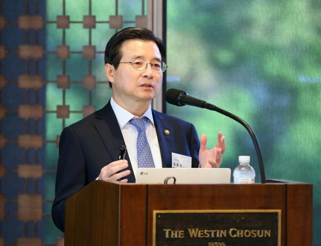김용범 금융위 부위원장은 22일 서울 중구 웨스틴조선호텔에서 카이스트(KAIST) 경영대학 초청으로 '21세기 금융비전 포럼'에 참석해 '생산적 금융과 포용적 금융'에 대해 강연을 하고 있다.