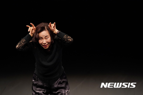 【서울=뉴시스】 손숙, 연극 '하얀토끼 빨간토끼'. 2017.09.22. (사진 = 스파프 제공) photo@newsis.com