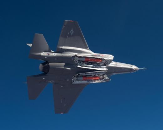 내부 무장창에 대형 폭탄 운용이 가능한 F-35A 전투기. (사진=록히드마틴 제공)