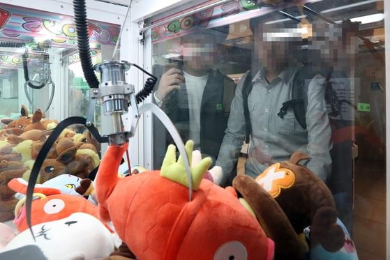지난 4월 서울의 한 인형뽑기방. 사진은 기사와 관계 없음. 김경록 기자