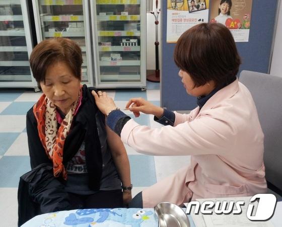 보건소에서 폐렴 예방백신을 접종하고 있는 노인.© News1