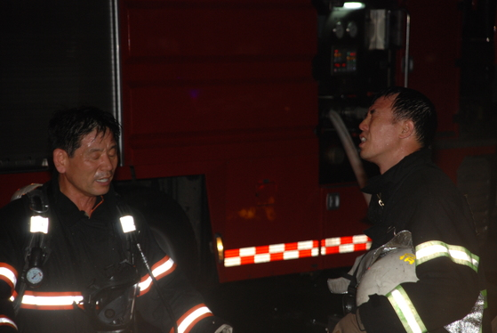라문석 대장이 2011년 서울 강북구 수유 3동에서 발생한 노래방 화재를 진압한 뒤 눈을 질끈 감고 있다. [사진 본인 제공]
