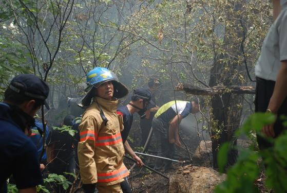 산불 화재를 진압하고 정리 작업을 하고 있는 라문석 소방위. [사진 본인 제공]