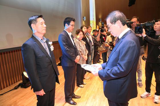 5일 '서울사회복지대회'에서 복지상 대상을 수상하고 있는 라문석 소방위. [사진 본인 제공]