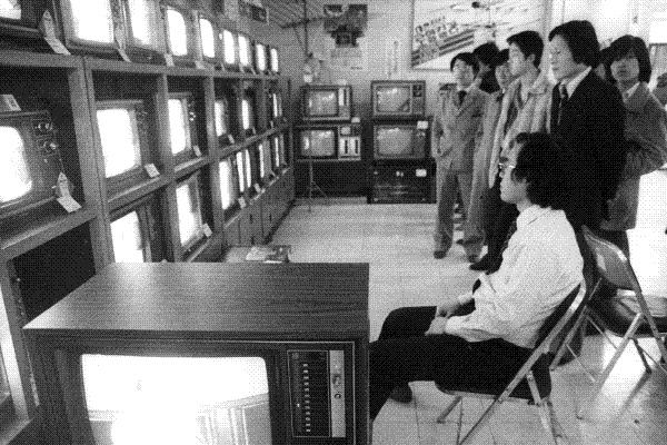 1980년대 정치권력의 방송장악을 상징한 것은 '땡전뉴스'였다. 1982년 1월, 시민들이 TV로 전두환 대통령의 국정연설을 지켜보는 모습이다.  경향신문 자료사진