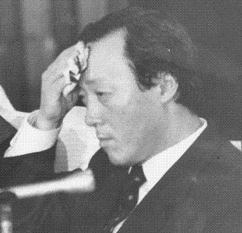 언론통폐합을 주도한 허문도 전 청와대 정무비서관이 1988년 5공 청문회에 나와 이마의 땀을 닦고 있다.