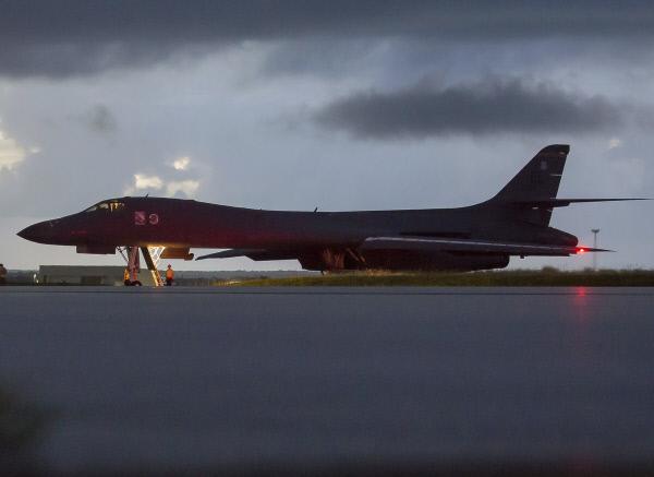 미 폭격기 무력 시위 '죽음의 백조'로 불리는 미국의 전략 폭격기 B-1B 랜서가 미국령 괌의 앤더슨 공군기지에서 출격해 23일(현지시간) 북한 동해의 국제공역을 비행하는 무력 시위를 했다. 사진은 앤더슨 기지에서 출격 준비 중인 B-1B 랜서. 연합뉴스