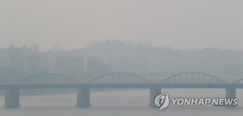 전국 곳곳에서 미세먼지 농도가 '나쁨'을 보인 9월 19일 오후 서울 동작대교 일대가 뿌옇다.[연합뉴스 자료사진]