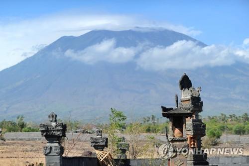 2017년 9월 23일 촬영된 인도네시아 발리 섬의 최고봉인 아궁 화산 전경. [AFP=연합뉴스]