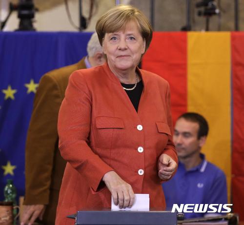 【베를린=AP/뉴시스】 24일(현지시간) 실시된 독일 총선거에서 4연임에 도전한 앙겔라 메르켈 총리가 베를린 투표장에서 투표를 하고 있다. 2017.09.25.