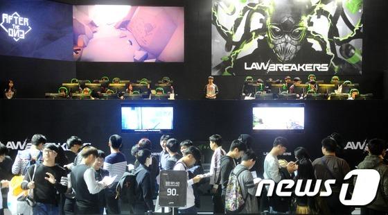 지난해 11월 부산에서 열린 지스타 행사에 참가한 관람객들이 체험을 하기 위해 기다리고 있다. © News1 여주연 기자