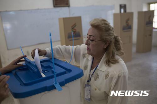 【키르쿠크=AP/뉴시스】 쿠르드족 여성이 25일 이라크 키르쿠크시에서 열린 분리독립 주민투표에 참여해 투표용지를 투표함에 넣고 있다. 2017.09.25.