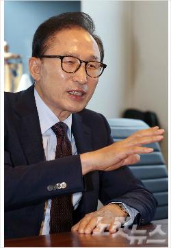 이명박 전 대통령이 2일 오후 서울 삼성동 사무실을 찾은 이낙연 신임 국무총리와 대화를 나누고 있다. 황진환기자