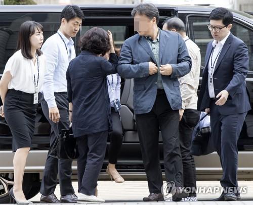 국정원 댓글 사건 관련 전 국정원 심리전단 중간간부 황모(가운데 왼쪽), 장모씨가 구속 전 피의자 심문(영장실질심사)을 받기 위해 26일 오전 서초구 서울중앙지법으로 들어서고 있다. 2017.9.26