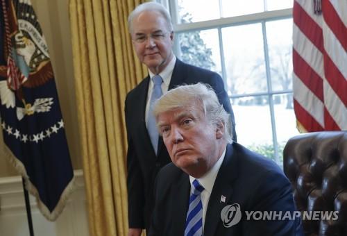 [AP=연합뉴스 자료사진] 지난 3월 백악관 집무실의 트럼프 대통령(앞)과 프라이스 보건복지부 장관