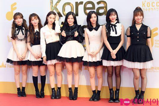 걸그룹 오마이걸이 30일 오후 서울 구로구 고척돔스카이에서 열린 '2017 코리아 뮤직페스티벌' 레드카펫 행사에 참석해 포즈를 취하고 있다.