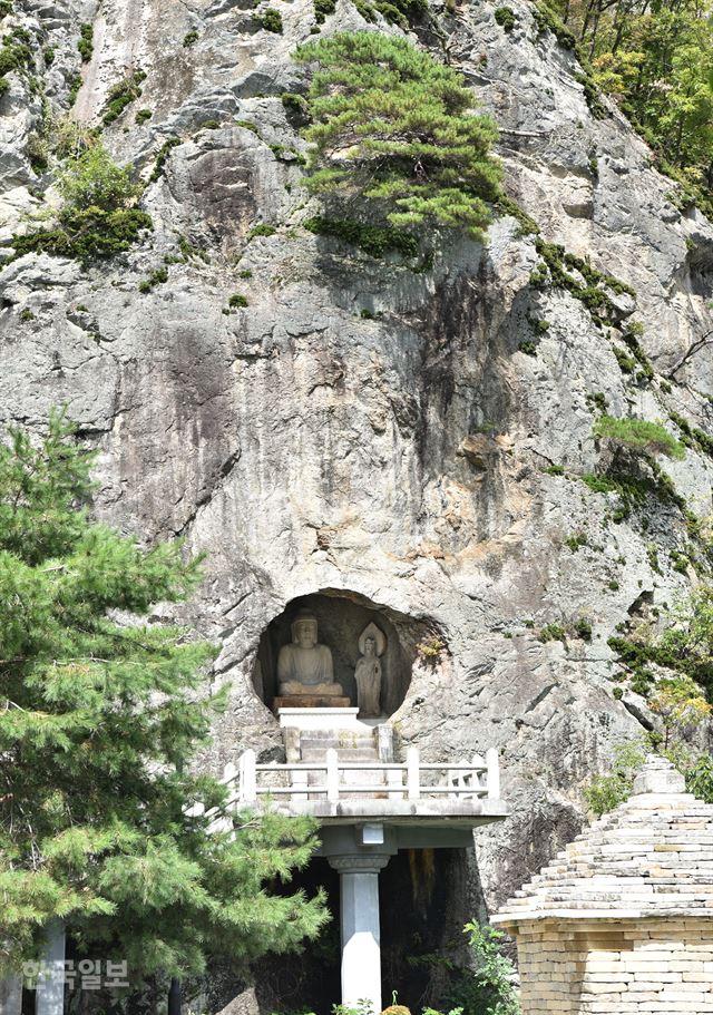 수직 절벽 자연 동굴에 자리 잡은 군위 삼존석굴.