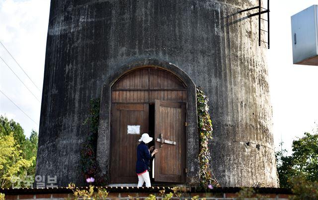 화본역 급수탑은 내부에 들어가 볼 수 있도록 문을 개방하고 있다.