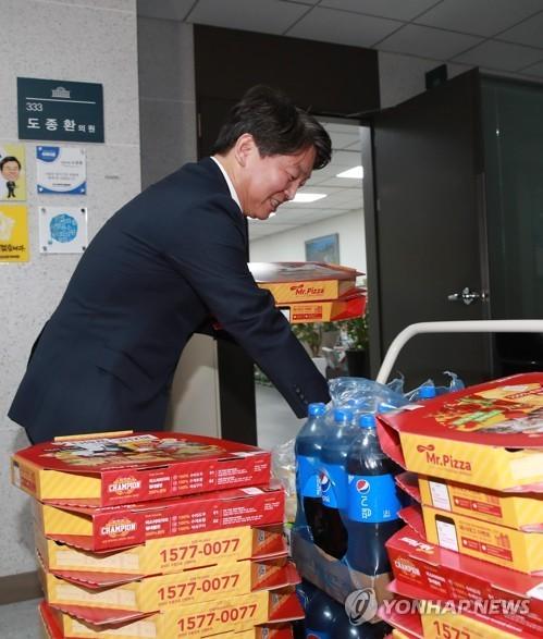 2017년도 국정감사를 앞두고 국민의당 안철수 대표가 11일 오후 국회 의원회관 정인화 의원실 앞에서 국정감사를 준비한 보좌진들을 격려하기 위해 피자와 콜라를 준비하고 있다. [연합뉴스]