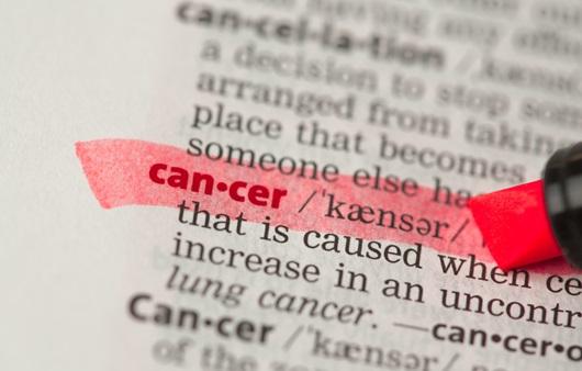 영어사전 cancer 단어에 밑줄을 긋는 모습