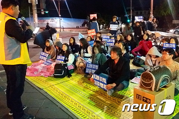 황동열 팅커벨프로젝트 대표가 12일 인사동 집회에서 발언을 하고 있다. © News1