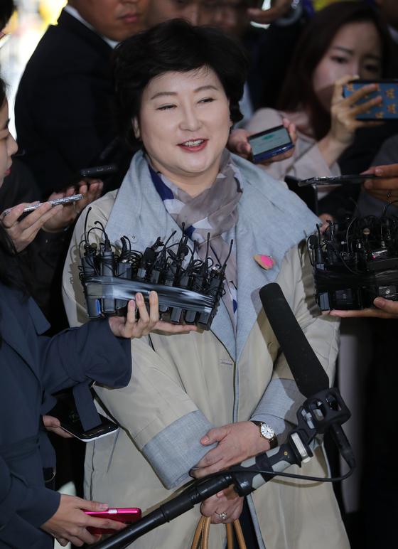 서해순씨가 12일 오후 서울경찰청에서 들어서며 기자들의 질문에 답변하고 있다. 최승식 기자